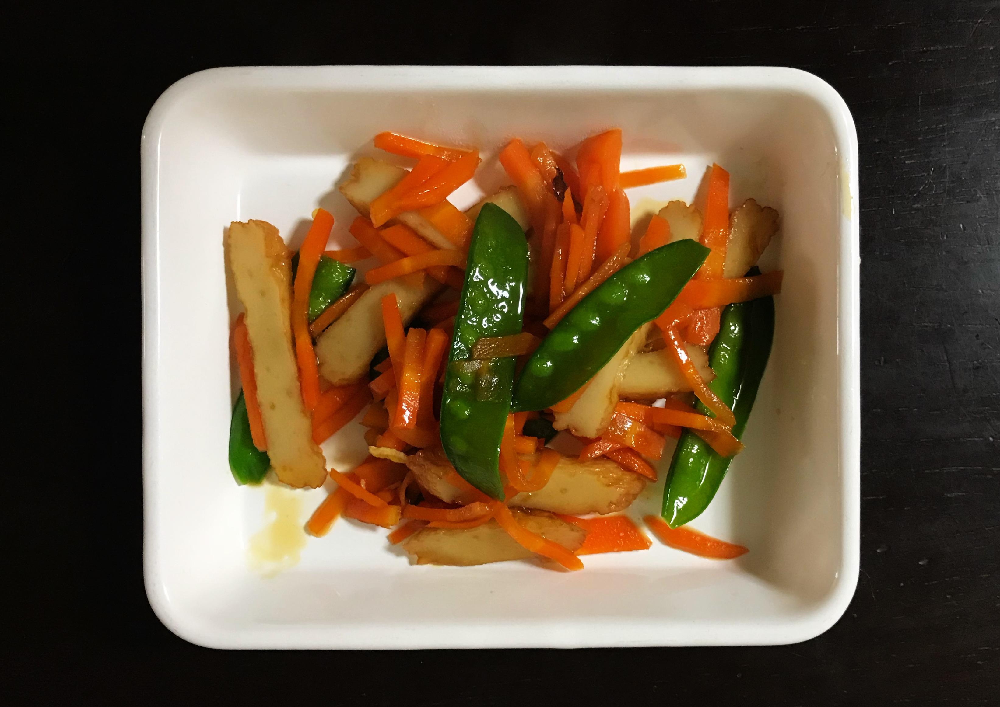 作り置き人参のダシ煮を使ったお弁当のおかず。丸天とにんじん、さやえんどうのきんぴら