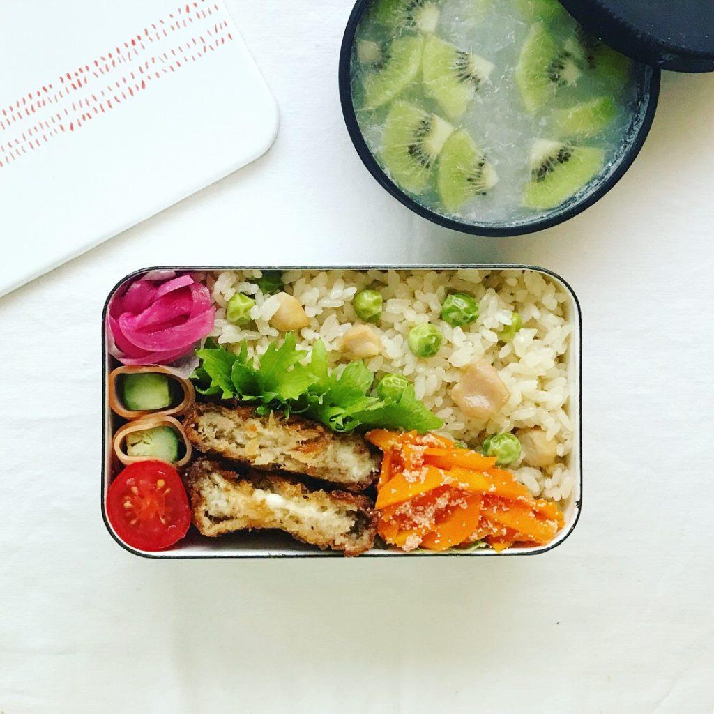 炊き込み中華ピラフと神戸三田屋のメンチカツ弁当